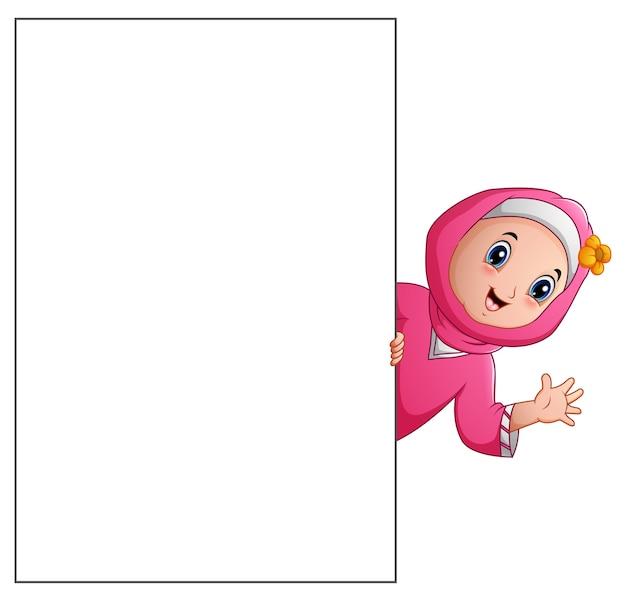 Szczęśliwa muzułmańska dziewczyny kreskówka trzyma puste miejsce znaka