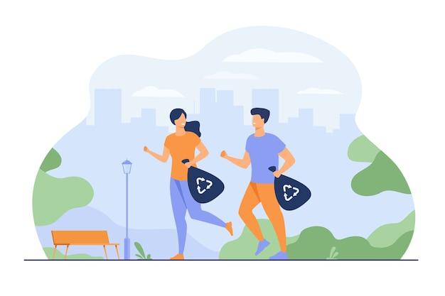 Szczęśliwa para bieganie i prowadzenie worków na śmieci z oznakami recyklingu. młodzi ludzie zbierają śmieci podczas biegania. dla plogging, ekologiczne społeczeństwo, zielona koncepcja aktywności sportowej