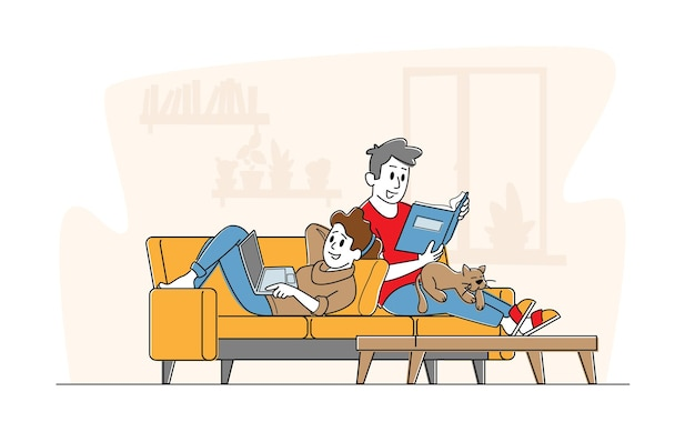 Szczęśliwa para razem relaks w domu, siedząc na kanapie z książką i laptopem.