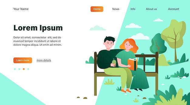 Szczęśliwa para siedzi na ławce w parku. data, miłość, książka ilustracja wektorowa płaski. projekt strony internetowej lub strony docelowej dotyczącej relacji i rodziny