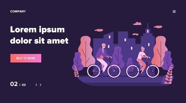 Szczęśliwa para starszych jazdy na rowerach. jazda na rowerze w parku miejskim, ilustracja aktywności emerytalnej. starość, koncepcja aktywnego stylu życia na baner, stronę internetową lub stronę docelową