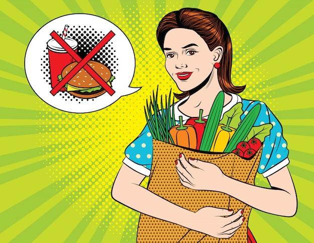 Szczęśliwa piękna kobieta robi zdrowie sklepowi spożywczemu zakupy