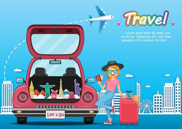 Szczęśliwa podróżnik kobieta na czerwonym bagażniku samochodowym z odprawą podróżuje dookoła świata.