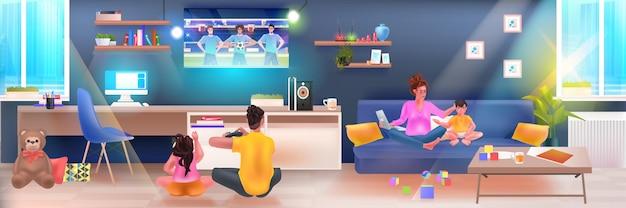 Szczęśliwa rodzina korzysta z laptopa i gra w piłkę nożną na komputerze sieć mediów społecznościowych koncepcja komunikacji online salon wnętrze pełnej długości pozioma ilustracja wektorowa