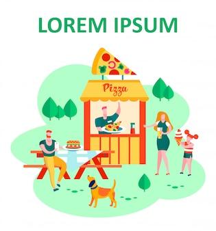 Szczęśliwa rodzina odwiedzająca lato na świeżym powietrzu food court