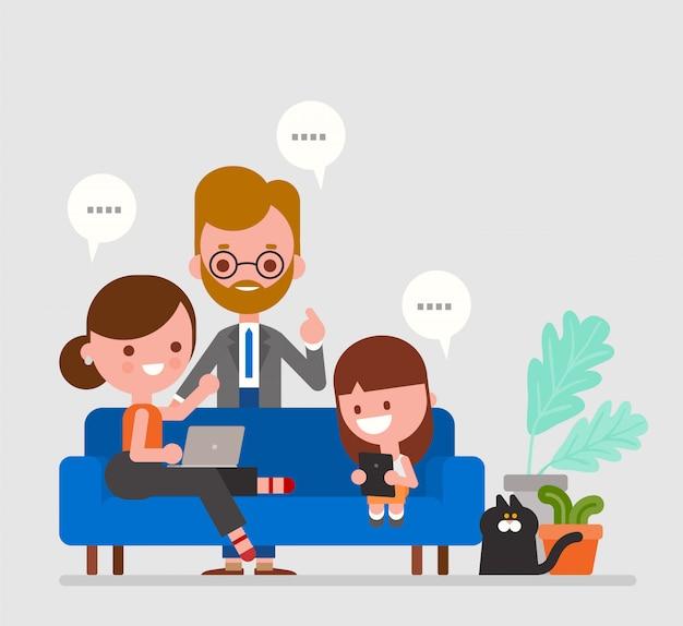 Szczęśliwa rodzina ogląda wiadomości i ma rozmowę w domu. pozostań w domu i nadążaj za nowościami za pomocą laptopów i telefonów.