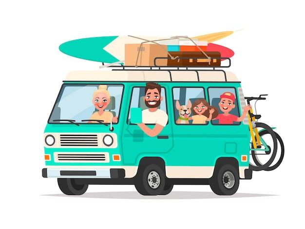 Szczęśliwa rodzina podróżująca vanem turystycznym z bagażem i rowerami na białym. w stylu kreskówki
