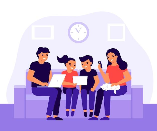 Szczęśliwa rodzina spędza razem czas na kanapie w domu, korzystając z laptopa, telefonu komórkowego i cyfrowego tabletu