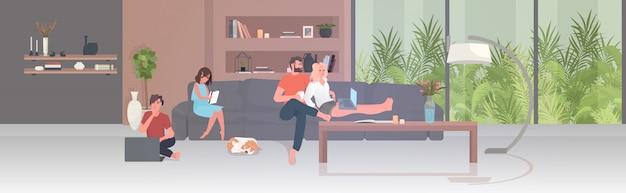 Szczęśliwa rodzina spędzająca razem czas podczas pandemii koronawirusa kwarantanna koncepcja izolacji