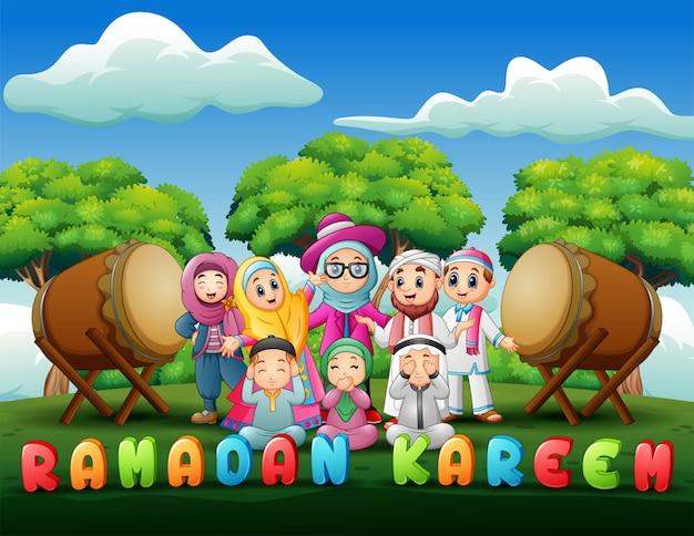 Szczęśliwa rodzina świętuje dla eid mubarak w parku