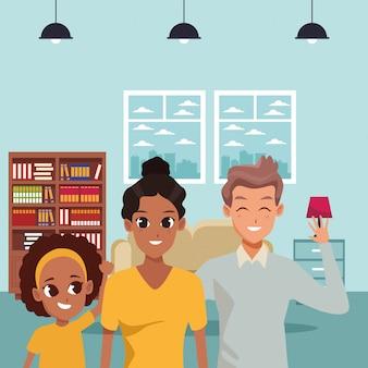 Szczęśliwa rodzina uśmiecha się w domu kreskówki