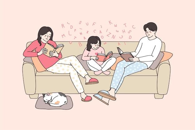 Szczęśliwa rodzina z dzieckiem czytającym w domu w weekend