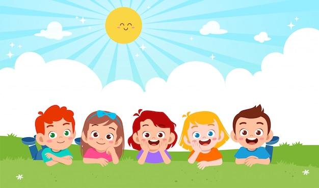 Szczęśliwa śliczna chłopiec i dziewczyna kłaść na trawie