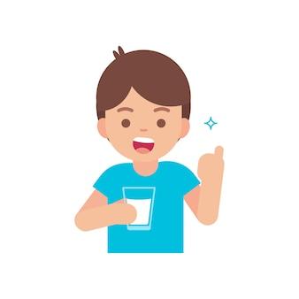 Szczęśliwa śliczna chłopiec pije mleko