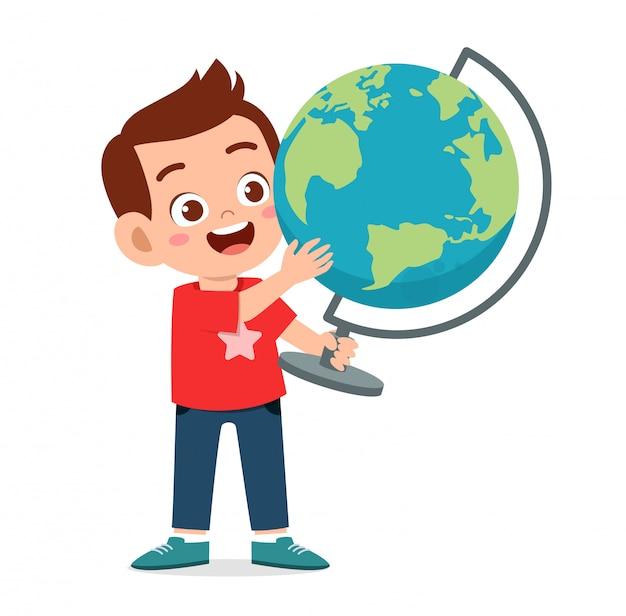 Szczęśliwa śliczna chłopiec przewożenia kuli ziemskiej ziemia