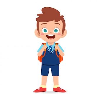 Szczęśliwa śliczna chłopiec przygotowywająca iść szkoła