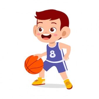 Szczęśliwa śliczna chłopiec sztuki pociągu koszykówka