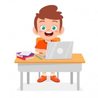 Szczęśliwa śliczna chłopiec używa nowego laptop