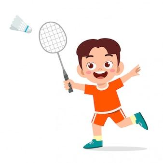 Szczęśliwa śliczna dzieciak chłopiec bawić się badminton