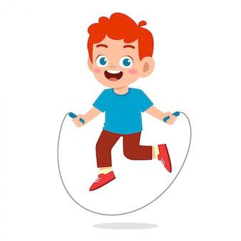Szczęśliwa śliczna dzieciak chłopiec bawić się skok arkanę