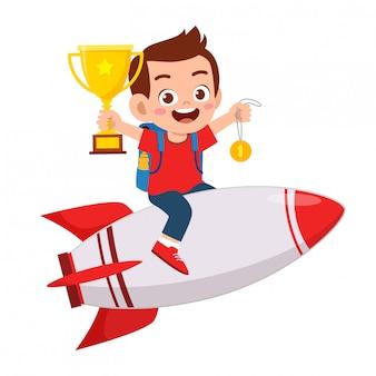 Szczęśliwa śliczna dzieciak chłopiec jedzie rakietę sukces