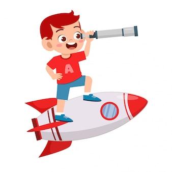 Szczęśliwa śliczna dzieciak chłopiec jedzie rakietę z teleskopem