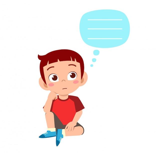 Szczęśliwa śliczna dzieciak chłopiec myśleć o problemie
