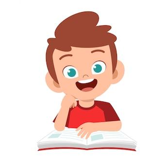 Szczęśliwa śliczna dzieciak chłopiec nauka z uśmiechem