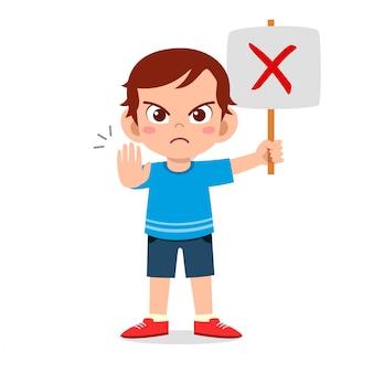 Szczęśliwa śliczna dzieciak chłopiec niesie źle znaka