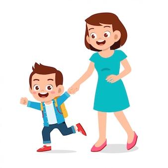 Szczęśliwa śliczna dzieciak chłopiec pierwszego dnia szkoła z matką