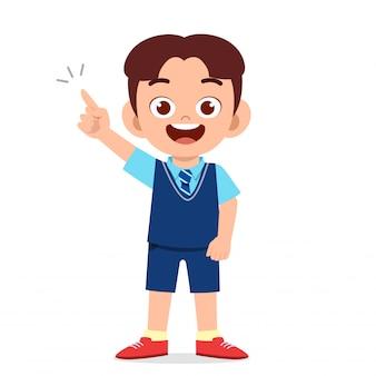 Szczęśliwa śliczna dzieciak chłopiec przygotowywająca iść do szkoły