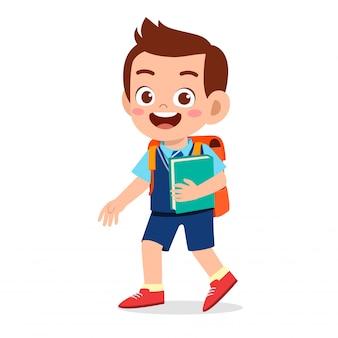 Szczęśliwa śliczna dzieciak chłopiec przygotowywająca iść szkoła