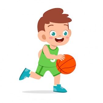 Szczęśliwa śliczna dzieciak chłopiec sztuki pociągu koszykówka
