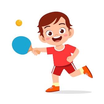 Szczęśliwa śliczna dzieciak chłopiec sztuki pociągu pingpong