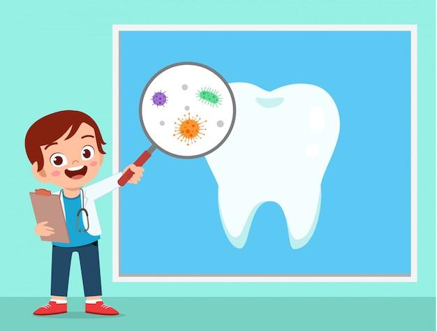 Szczęśliwa śliczna dzieciak chłopiec używa dentysty mundur