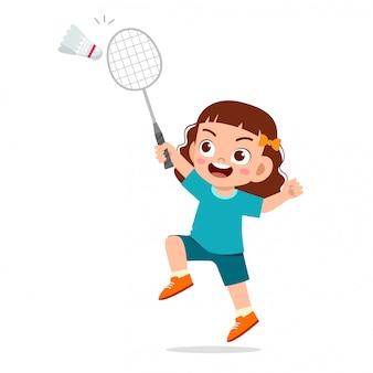 Szczęśliwa śliczna dzieciak dziewczyna bawić się pociągu badminton