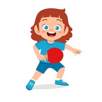Szczęśliwa śliczna dzieciak dziewczyna bawić się pociągu pingpong