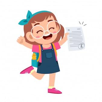Szczęśliwa śliczna dzieciak dziewczyna ma dobry znak egzaminu