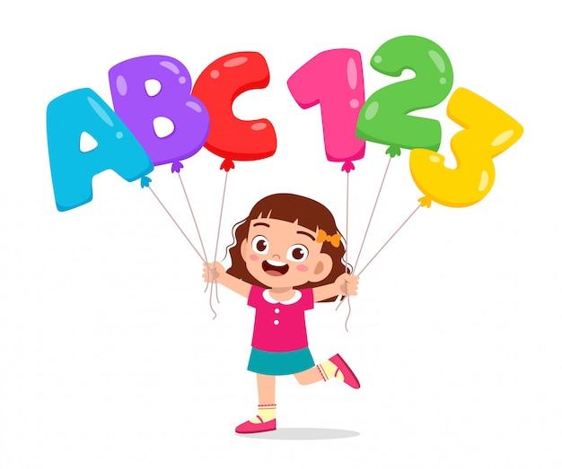 Szczęśliwa śliczna dzieciak dziewczyna trzyma ballon tekst