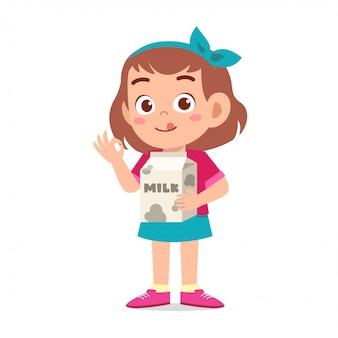 Szczęśliwa śliczna dzieciak dziewczyna trzyma mleka pudełko