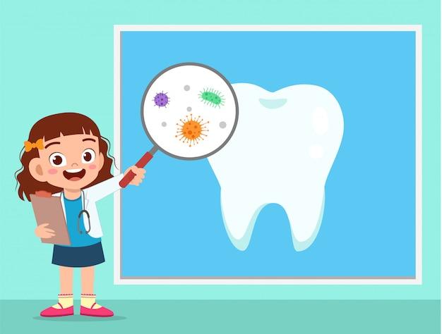 Szczęśliwa śliczna dzieciak dziewczyna używa dentysty mundur