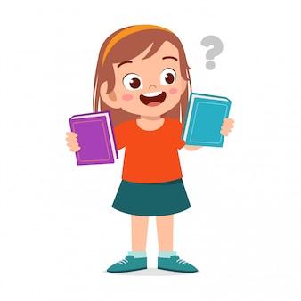 Szczęśliwa śliczna dzieciak dziewczyna wybiera dwa książkę