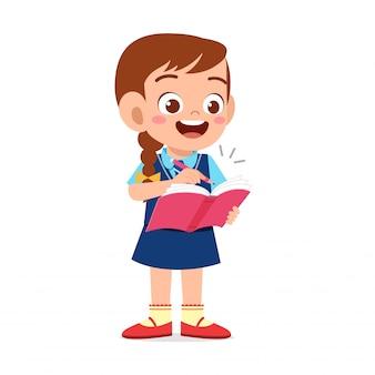 Szczęśliwa śliczna dziewczyna przygotowywająca iść szkoła