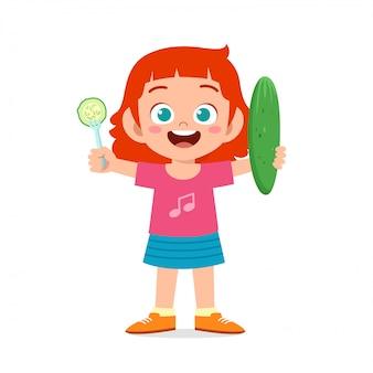 Szczęśliwa śliczna dziewczyna trzyma świeżego warzywa