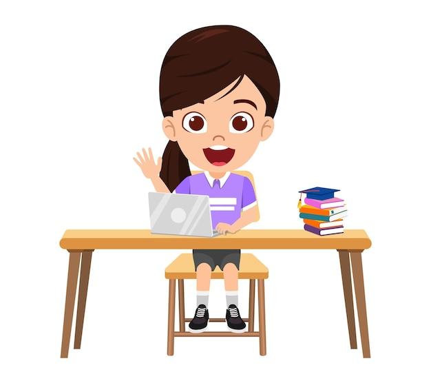 Szczęśliwa śliczna inteligentna dziewczyna robi lekcje e-learningowe na biurku z laptopem, książki z wesołym wyrazem na białym tle uczyć się w domu kursy internetowe lub samouczki