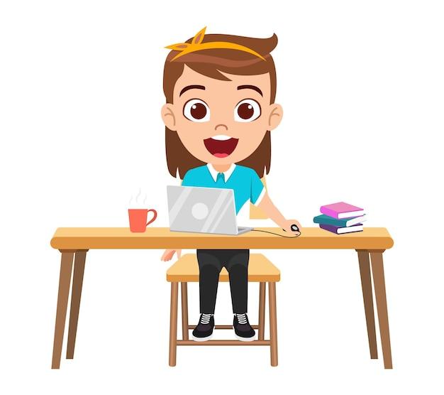 Szczęśliwa śliczna inteligentna dziewczyna robi lekcje e-learningowe na biurku z laptopem, kubkiem kawy na białym tle uczyć się w domu kursy internetowe lub samouczki