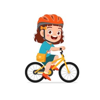 Szczęśliwa śliczna mała dziewczynka chłopiec jedzie na rowerze