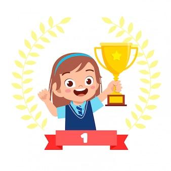 Szczęśliwa śliczna mała dziewczynka jest zwycięzcą