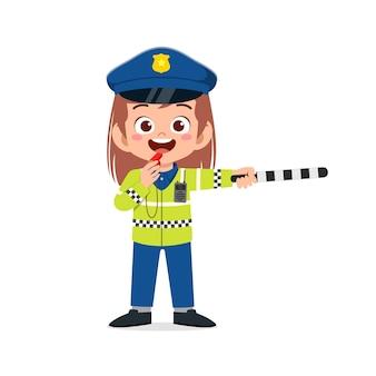 Szczęśliwa śliczna mała dziewczynka nosi mundur policyjny i zarządza ruchem
