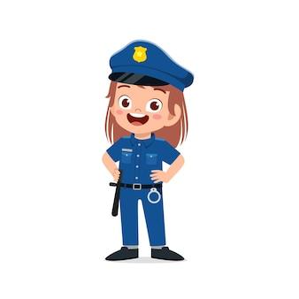 Szczęśliwa śliczna mała dziewczynka nosi mundur policyjny